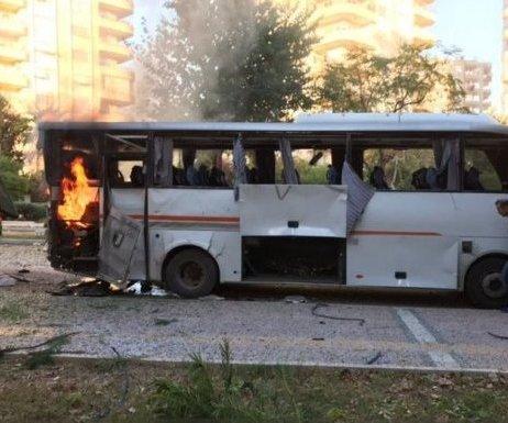 Mersin`de Polis Servis Aracına Bombalı ...