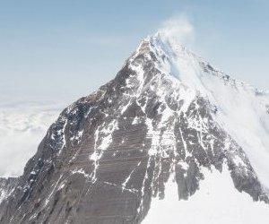 Everest`te Buzlar Eridi Cesetler Ortaya Çıktı